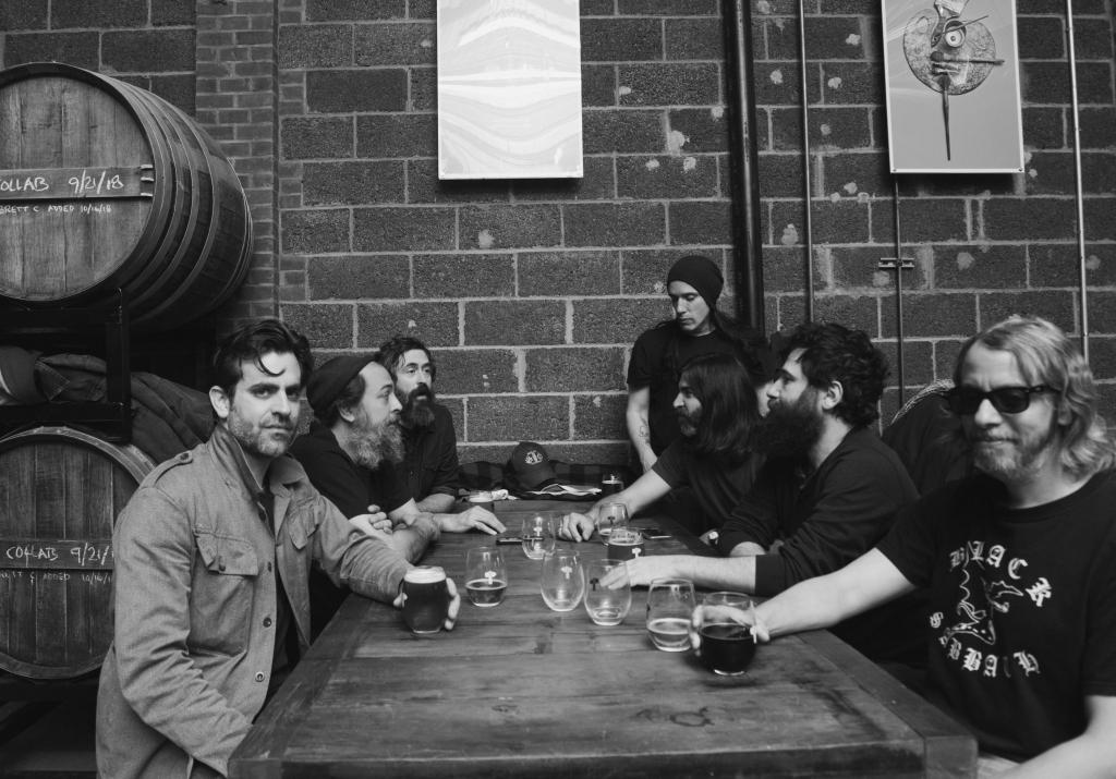 Die Budos Band beim gemeinsamen Trinken.
